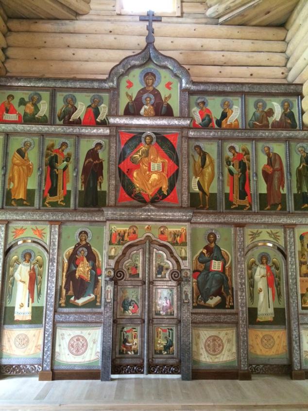 L'iconostase de l'église en bois du séminaire a été installée