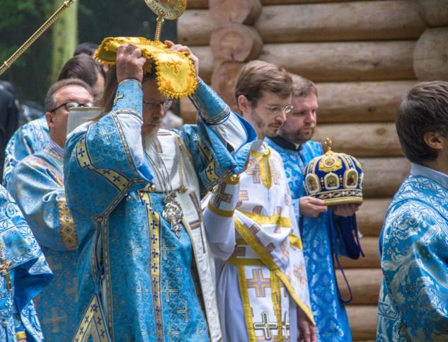 Les reliques qui reposent sous l'autel de la nouvelle église en bois sont celles de S. Marie de Gatchina, une martyre du XXe siècle