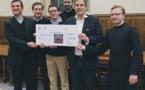 La remise du premier chèque à l'AED pour la reconstruction d'églises en Syrie