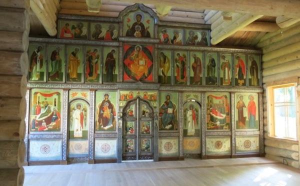 """Reportage dans """"Le Parisien"""" sur la nouvelle iconostase de notre église en bois"""