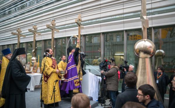 Reportage vidéo sur la pose du grand dôme et la bénédiction des croix de la future église russe à Paris